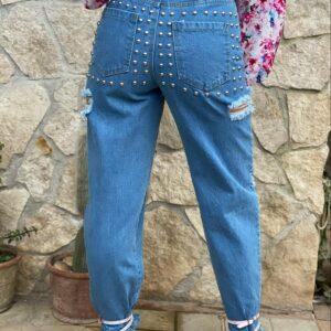 Jeans con borchie e strappi