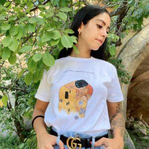 """T-Shirt """"Siamo eterni come il bacio di Klimt"""" in cotone dipinta a mano"""